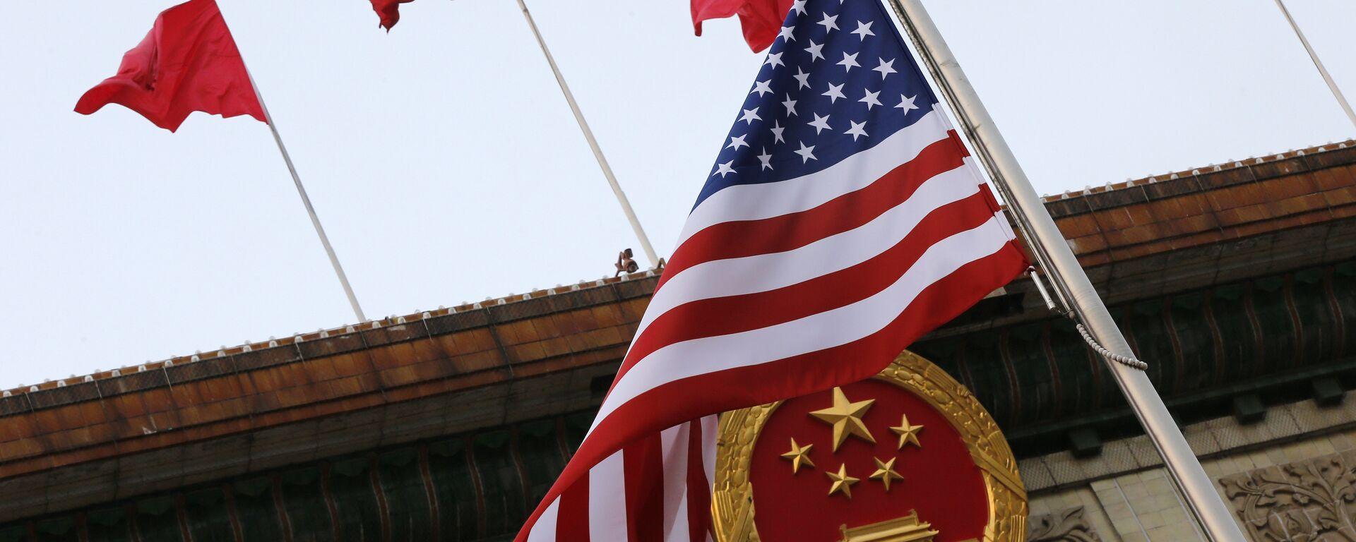 Флаги США и Китая во время визита Дональда Трампа в Пекин 9 ноября 2017 года - Sputnik Latvija, 1920, 02.06.2021