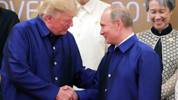 Президент РФ Владимир Путин и президент США Дональд Трамп (слева) на церемонии совместного фотографирования - Sputnik Latvija