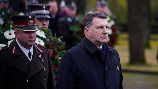 Раймондс Вейонис на торжественной церемонии в день Лачплесиса на Братском кладбище - Sputnik Латвия