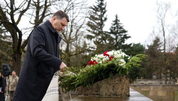 Раймондс Вейонис возложил венок в память о погибших солдатах  - Sputnik Латвия