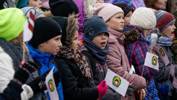 Дети на параде в день Лачплесиса - Sputnik Latvija