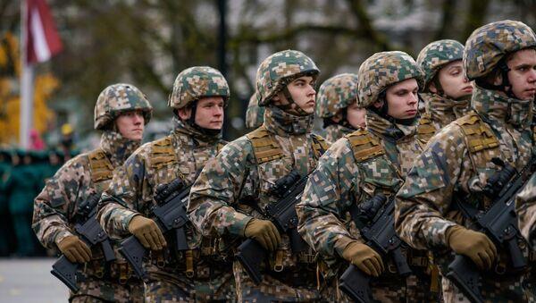 Латвийские военнослужащие на параде в день Лачплесиса у Памятника Свободы - Sputnik Латвия