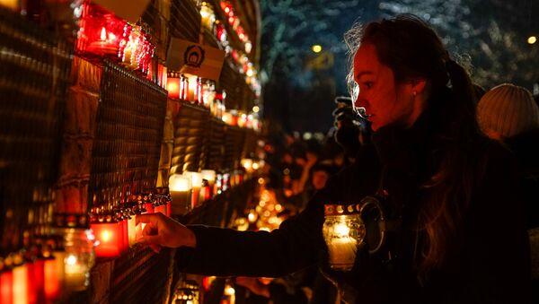 Латвийцы зажгли свечи в память о погибших солдатах у стен Рижского замка - Sputnik Latvija