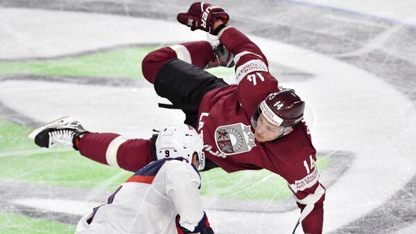 Хоккеисты Рихардс Букартс (Латвия) и Эндрю Копп (США) - Sputnik Латвия
