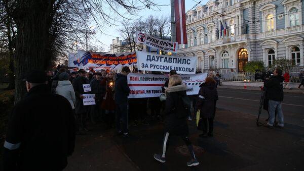 Шествие в знак протеста против перевода школ национальных меньшинств на латышский язык - Sputnik Латвия