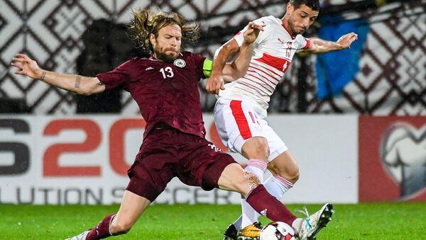 Латвийский футболист Каспарс Горкшс (слева) - Sputnik Латвия