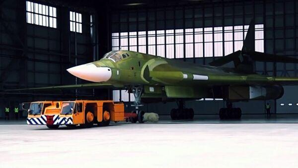 Стратегический ракетоносец Ту-160М2 впервые выкатили из цеха Казанского авиазавода - Sputnik Латвия