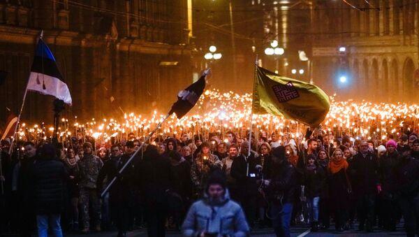 Neatkarības dienai veltītais lāpu gājiens Rīgā - Sputnik Latvija