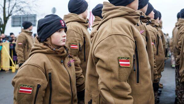 Девочка из Яунсардзе в парадном строю - Sputnik Латвия