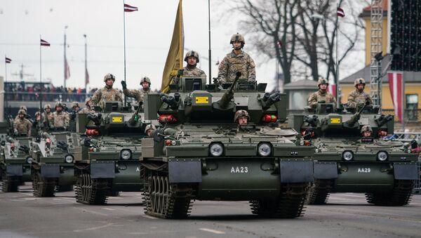 Колонна латвийских бронетранспортеров CVRT на военном параде - Sputnik Латвия