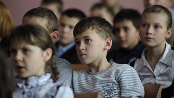 Горняцкая школа города Снежное. Архивное фото - Sputnik Латвия