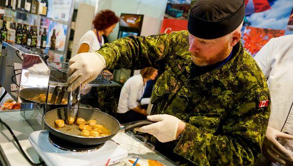 Kanādas karavīrs no NATO starptautiskā bataljona Latvijā gatavo ēdienu - Sputnik Latvija