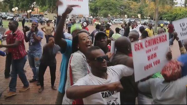 Толпы людей праздновали на улицах Хараре отставку президента Зимбабве - Sputnik Латвия
