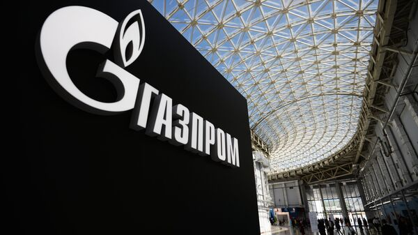 Kompānijas Gazprom logo - Sputnik Latvija