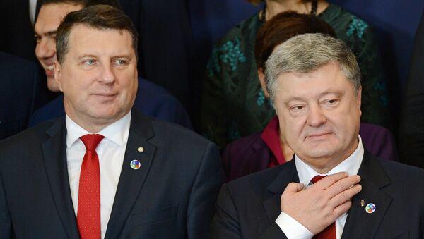 Президент Латвии Раймондс Вейонис (слева) и президент Украины Петр Порошенко - Sputnik Латвия
