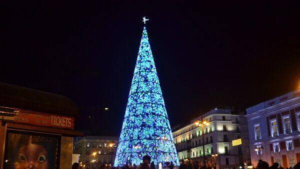 Главная испанская рождественская елка на Puerta del Sol в Мадриде - Sputnik Латвия