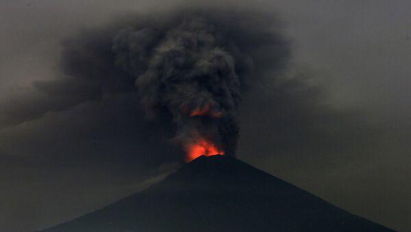Извержение вулкана Агунг на острове Бали, Индонезия. 27.11.2017 - Sputnik Latvija