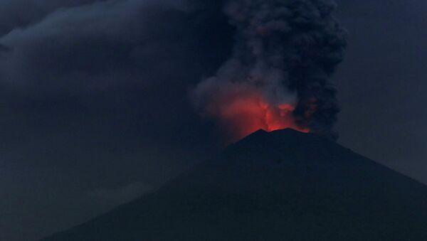 Извержение вулкана Агунг на Бали - Sputnik Латвия