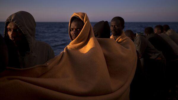 Мигранты на испанском спасательном судне в Средиземном море - Sputnik Латвия