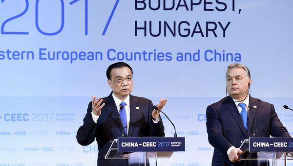 Премьер Госсовета КНР Ли Кэцян и премьер Венгрии Виктор Орбан на саммите 16+1 в Будапеште - Sputnik Латвия