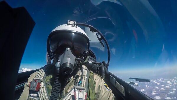 Пилот истребителя Су-30 ВКС РФ - Sputnik Latvija