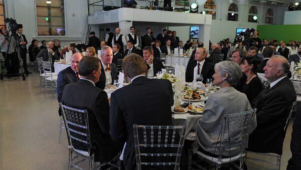 Майкл Флинн и Владимир Путин среди гостей на 10-м юбилее вещания Russia Today. Архивное фото - Sputnik Latvija