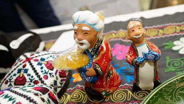 Традиционные сувениры на стенде посольства Узбекистана - Sputnik Латвия