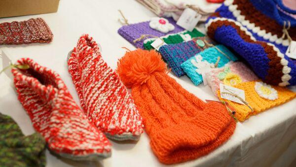 Поделки от Рижского международного женского клуба на Благотворительной ярмарке - Sputnik Латвия