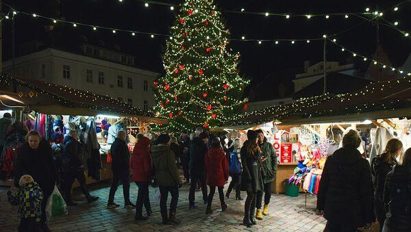 На Ратушной площади в Таллине зажгли огни на елке и открылся рождественский рынок - Sputnik Латвия