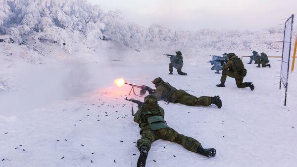 Karavīri treniņu laikā jūras kājnieku bāzē Murmanskas apgabalā - Sputnik Latvija