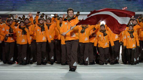 Знаменосец сборной Латвии Сандис Озолиньш (на первом плане) во время парада атлетов и членов национальных делегаций на церемонии открытия XXII зимних Олимпийских игр в Сочи - Sputnik Латвия