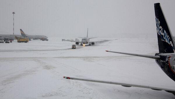 Самолеты на взлетно-посадочной полосе (ВПП) аэропорта Шереметьево - Sputnik Латвия