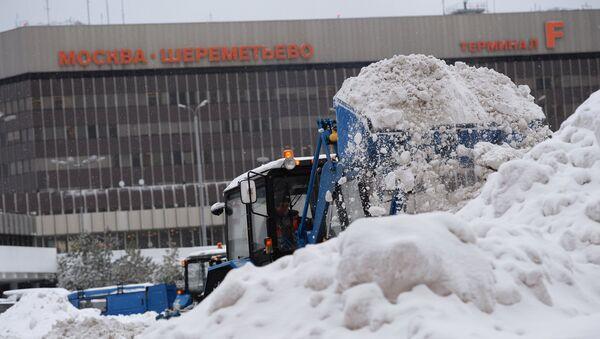 Сотрудник коммунальных служб убирает снег в аэропорту Шереметьево города Москвы - Sputnik Latvija