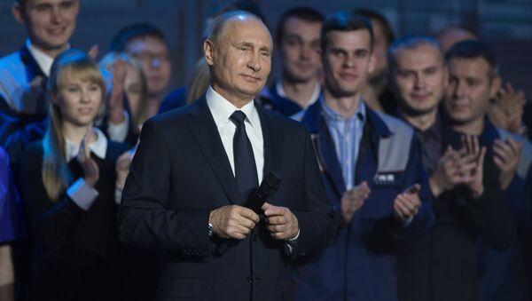 Krievijas prezidents Vladimirs Putins 2017. gada 6. decembrī tiekas ar Gorkijas automašīnu rūpnīcas darbiniekiem - Sputnik Latvija