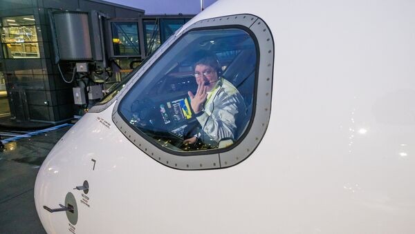 Пилот в кабине самолета Bombardier CS300 авиакомпании airBaltic - Sputnik Латвия