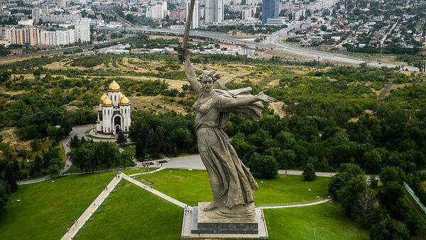 Родина-мать зовет! - центр памятника-ансамбля Героям Сталинградской битвы - Sputnik Latvija