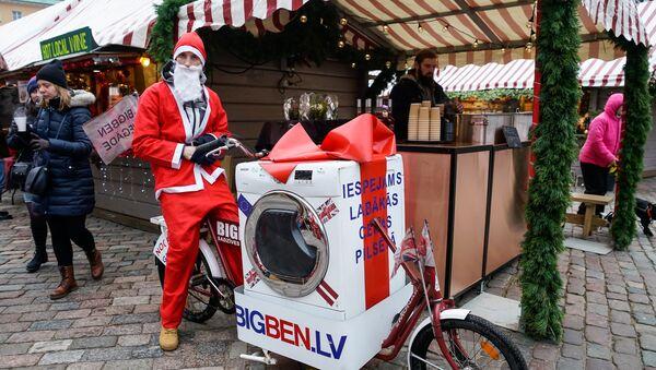 Забег Деда Мороза вместе со стиральной машиной - Sputnik Latvija