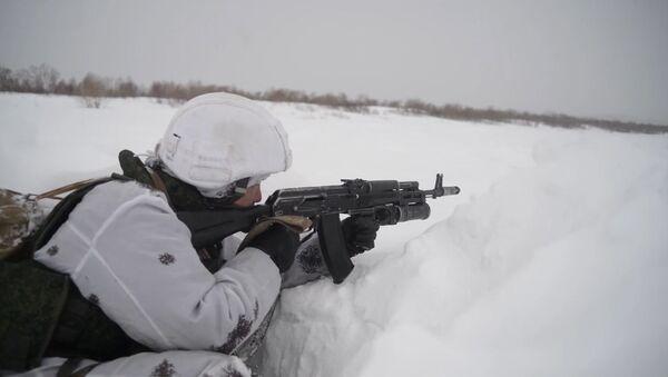 Занятия морских пехотинцев РФ во время зимнего этапа обучения - Sputnik Latvija