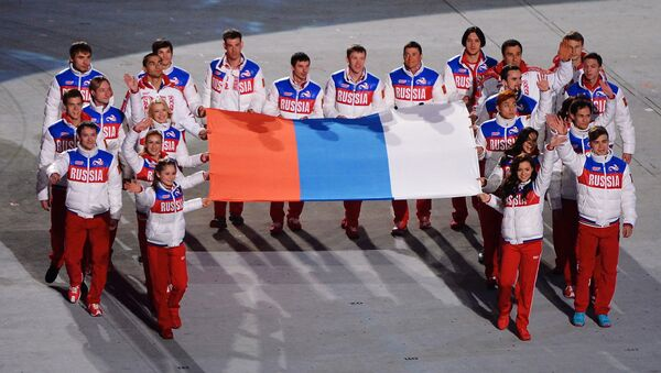 Krievijas izlases atlēti ar valsts karogu XXII ziemas Olimpisko spēļu slēgšanas ceremonijā - Sputnik Latvija