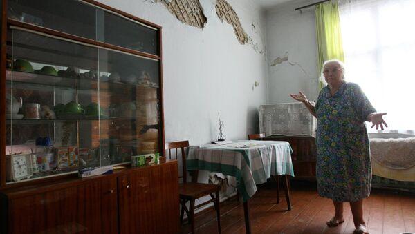 Пожилая женщина показывает состояние своей квартиры - Sputnik Латвия