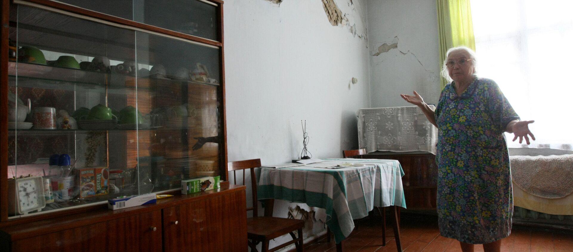 Пожилая женщина показывает состояние своей квартиры - Sputnik Латвия, 1920, 12.12.2017