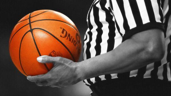 Баскетбольный судья с мячом - Sputnik Латвия