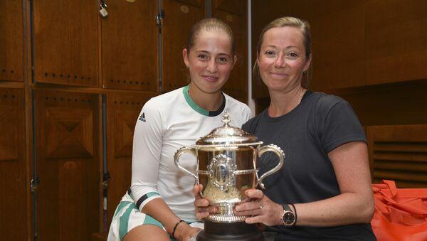 Теннисистка Елена Остапенко и ее мама и тренер Елена Яковлева с кубком Roland Garros - Sputnik Латвия