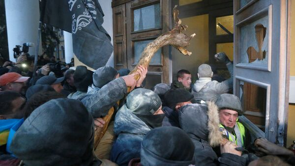 Сторонники экс-президента Грузии и деятеля украинской оппозиции Михаила Саакашвили ворвались в здание Международного художественного центра в Киеве - Sputnik Латвия