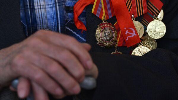 Ordeņi un medaļas pie Lielā Tēvijas kara veterāna krūtīm - Sputnik Latvija