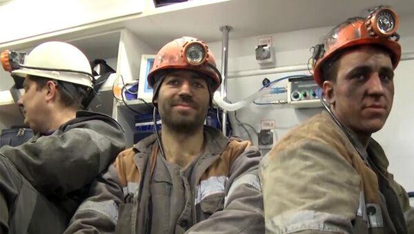 Спасательная операция троих горняков, заблокированных обвалом в шахте - Sputnik Latvija