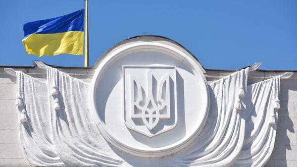 Флаг Украины на здании Верховной рады в Киеве - Sputnik Latvija