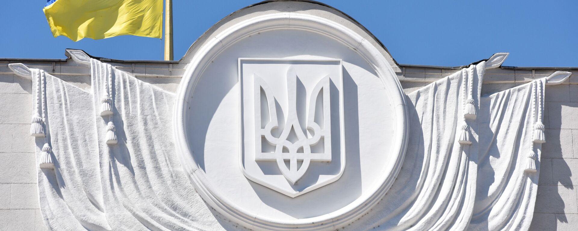 Флаг Украины на здании Верховной рады в Киеве - Sputnik Latvija, 1920, 19.08.2021