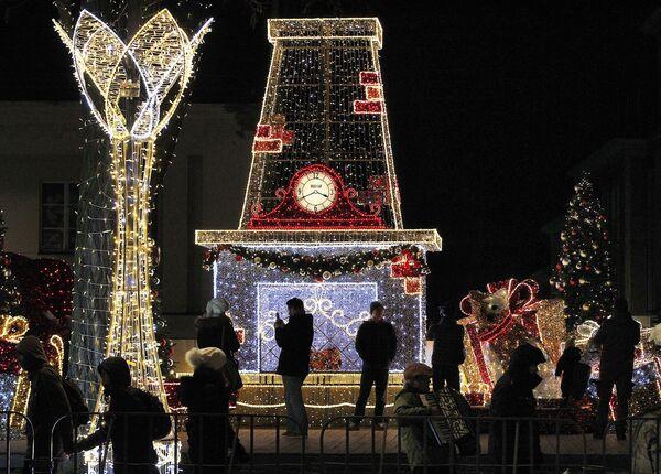 Spectators watch the Christmas illuminations at the Royal Treaty street in Warsaw, Poland - Sputnik Latvija