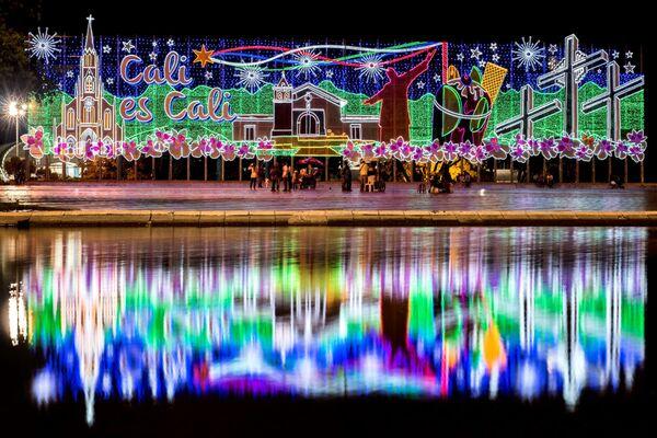 People walk next to Christmas decorations in Cali, Colombia - Sputnik Latvija